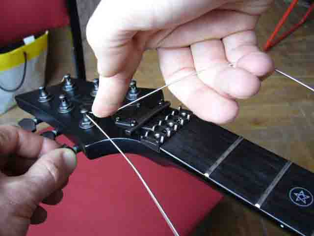 Как поменять струны на электрогитаре с Floyd Rose 37