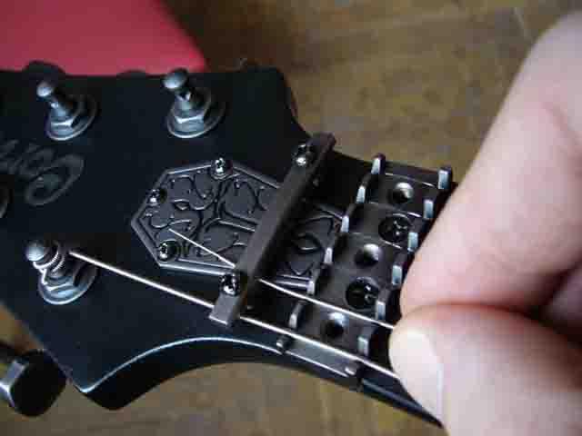 Как поменять струны на электрогитаре с Floyd Rose 46