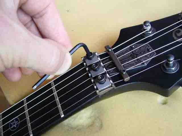 Как поменять струны на электрогитаре с Floyd Rose 79