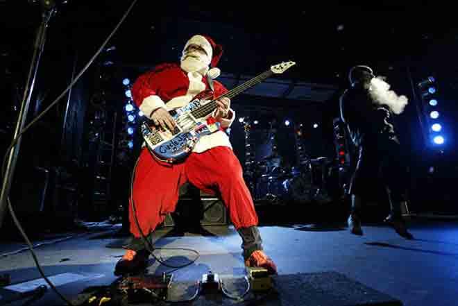 Flea(Фли) в образе Санта-Клауса