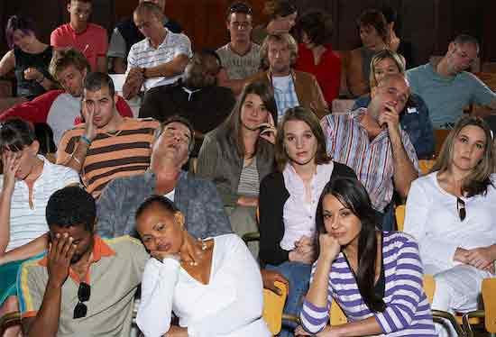 Люди, которые стоят\сидят со скучающим видом и глазеют на тебя, когда ты в восхищении и реагируешь на музыку.