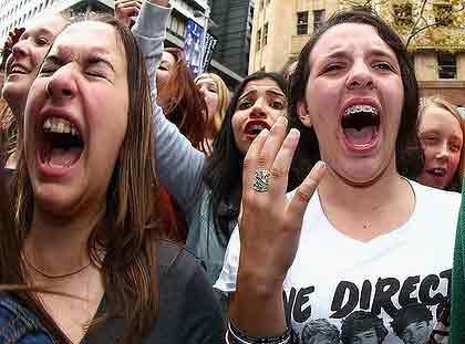 Люди, которые постоянно выкрикивают припев, во время и после песен, и орут в уши окружающих