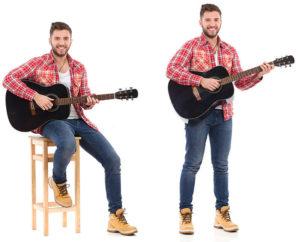 Играйте на гитаре стоя и сидя