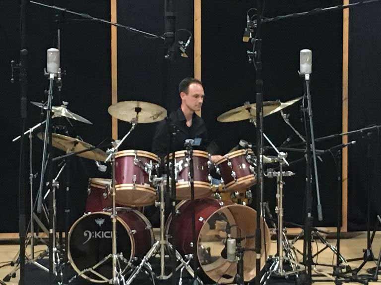 барабанщик Норман Гаршке записывает ударные в студии Galaxy Hall